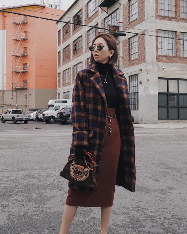 Cùng với váy ca rô, váy xếp ly, chân váy bút chì cũng được các fashionista châu Á yêu thích trở lại.