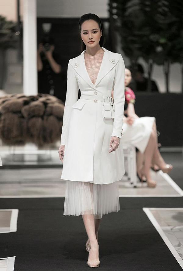 Đại diện của Công Tríxác nhận, chiếc váy trắng mà nữ diễn Ấn Độ diện đích thị là do NTK thiết kế. Đây là một bộ váy được thiết kế đơn giản với form dáng ôm sát, chất liệu được nhập khẩu từ Ý. Và nằm trong BST SS/2019 mới nhất của anh vừa diễn ra vào sự kiện 29/10/2018