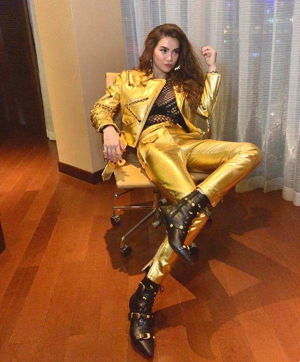 Ngoài vải dệt kim sa, chất liệu metalic cũng được các mỹ nhân showbiz Việt yêu thích. Hồ Ngọc Hà mix áo lưới sexy cùng jacket và quần ánh kim đồng màu.