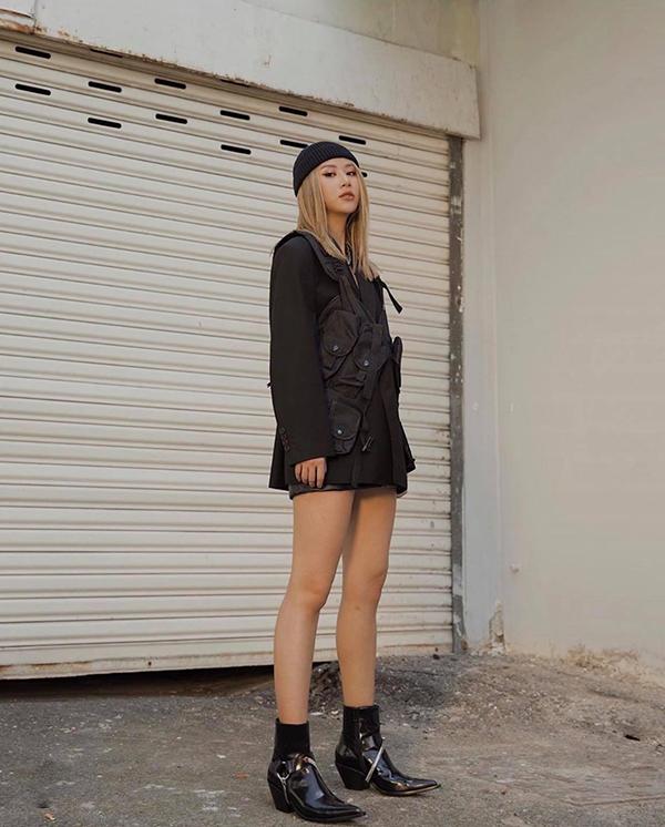 Phụ kiện túi đeo chéo, bốt da đen bóng được Quỳnh Anh Shyn chọn lựa làm điểm nhấn cho set đồ dạo phố.