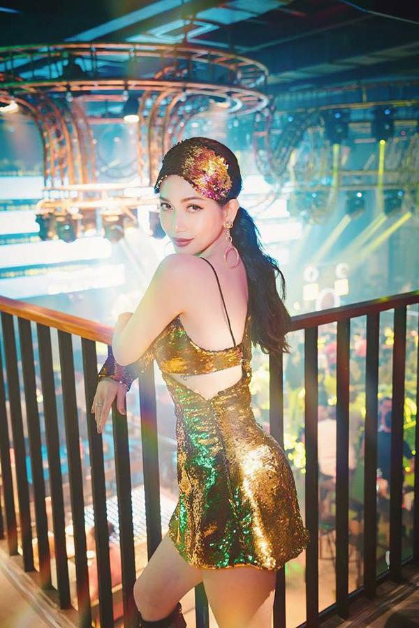 Sĩ Thanh khoe dáng nóng bỏng cùng mẫu váy cut-out cắt may trên chất liệu vải sequins vàng đồng bắt mắt.
