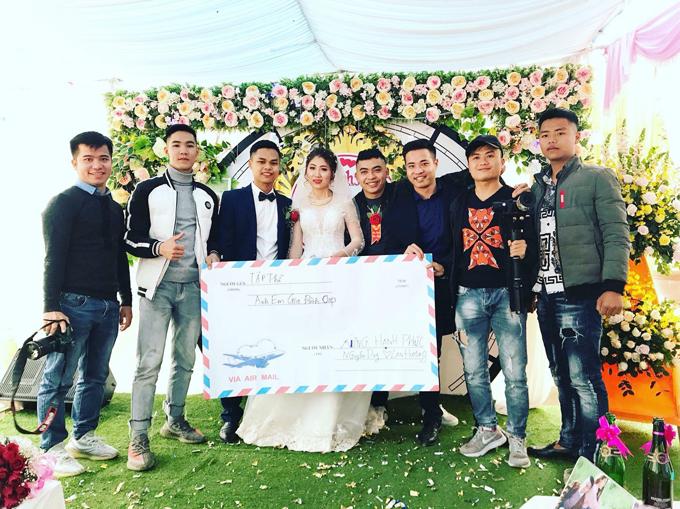 Cô dâu, chú rể đến từ Tân Yên, Bắc Giang tươi như hoa khi nhận quà cưới siêu sang