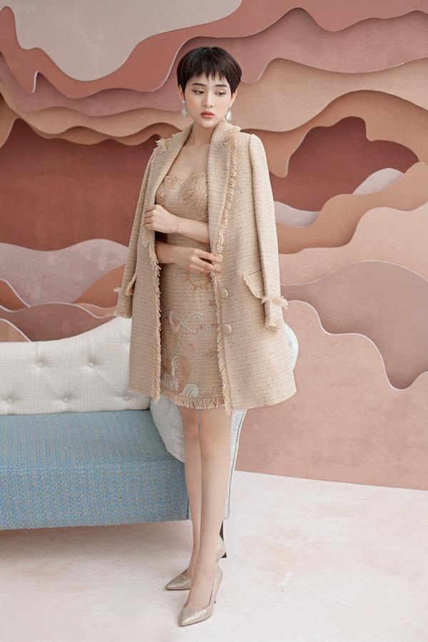 Với thời tiết se lạnh của Hà Nội, các chị em có thể cân nhắc sử dụng thêm áo khoác cùng chất liệu.