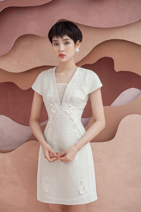 Hầu hết trang phục trong bộ sưu tập đều mang màu sắc trung tính như be, vàng, hồng, xám... đem lại vẻ đẹp sang trọng và cổ điển.