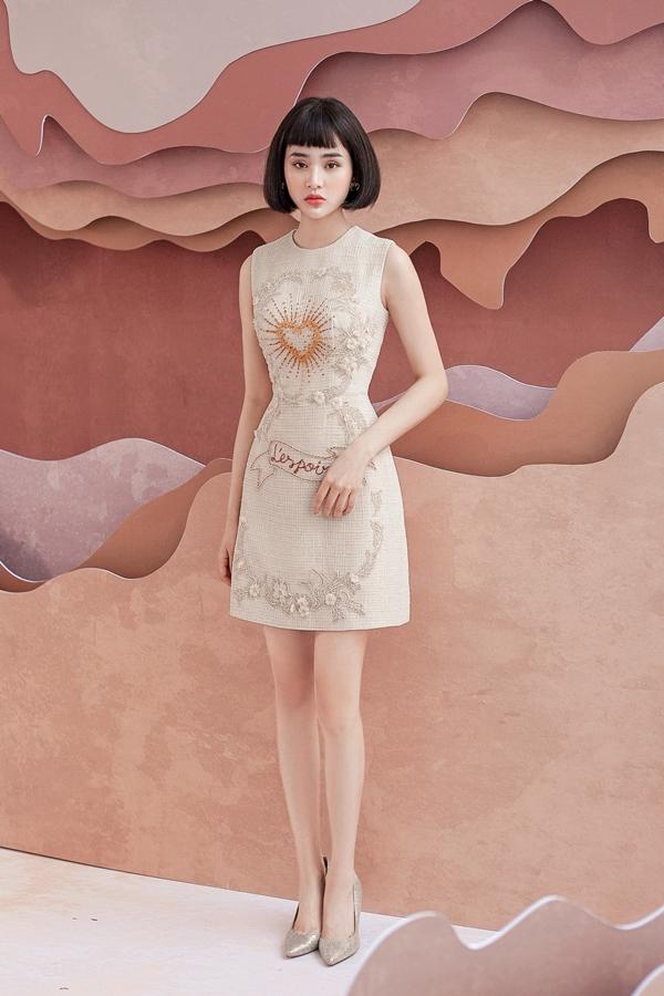 Các phom dáng đơn giản như váy chữ A hoặc váy cocktail không nhàm chán nhờ phần hoa ren tinh xảo và hoạt tiết đá, cườm được đính kết cầu kỳ.
