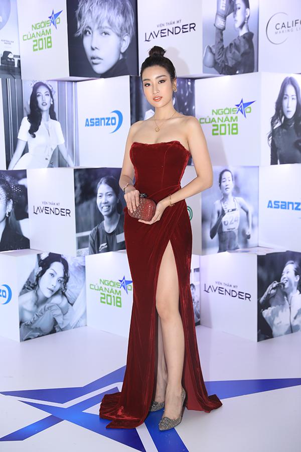 Hoa hậu Đỗ Mỹ Linh khoe ngực đầy với đầm nhung cúp ngực. Cô là một trong bốn người đẹp được đề cử giải Ngôi sao vì cộng đồng.