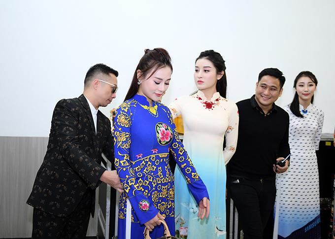 Người đẹp được nhà thiết kế Đỗ Trịnh Hoài Nam chăm chút tỉ mỉ trước khi bước lên sàn diễn. Chương trình này do diễn viên Minh Tiệp làm chỉ đạo catwalk.
