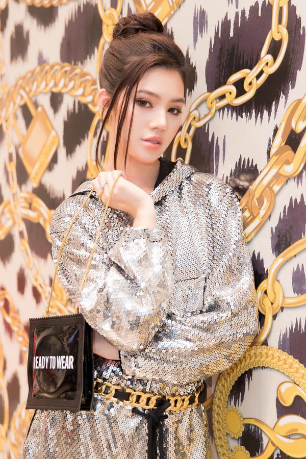 Trước mọi trào lưu ăn mặc thịnh hành, Jolie Nguyễn không bao giờ để mình thua chị, kém em.