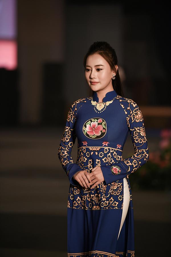 Tối 4/12, Phương Oanh là gương mặt mở màn cho buổi trình diễn bộ sưu tập áo dài của nhà thiết kế Đỗ Trịnh Hoài Nam tại buổi giao lưu văn hóa hữu nghị Việt - Hàn tại Busan, Hàn Quốc. Đây là chương trình nằm trong khuôn khổ chuyến thăm chính thức Hàn Quốc của Chủ tịch Quốc hội Nguyễn Thị Kim Ngân.