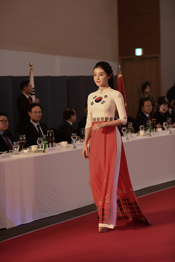Ngoài Phương Oanh, show diễn còn có sự tham gia của Huyền My - Á hậu Việt Nam 2014.