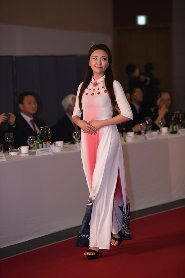 Ngoài các người đẹp Việt Nam, show diễn còn có sự tham gia của các người mẫu Hàn Quốc.