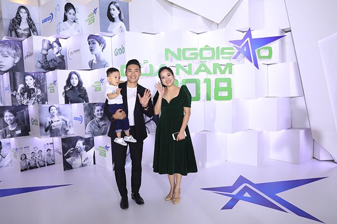 Tối 19/12, gia đình Quốc Cơ - Hồng Phượng có mặt tại đêm Gala Ngôi sao của năm 2018 do báo điện tử Ngoisao.net tổ chức diễn ra ở White Place, TP HCM. Cặp đôi mang theo con trai hơn một tuổi tới dự sự kiện.