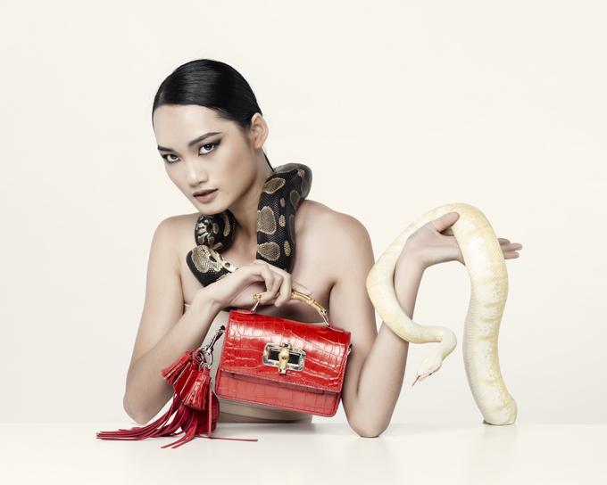 Vẻ đẹp đậm chất thời trang của Quỳnh Anh càng được tôn lên với lối trang điểm cá tính. Tuy sợ hãi nhưng Quỳnh Anh vẫn thể hiện được kĩ năng chụp ảnh tốt
