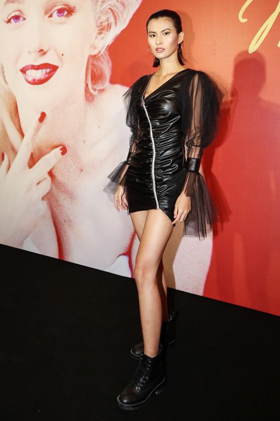Cao Thiên Trang khoe chân thon cùng thiết kế váy da kết hợp vải xuyên thấu.