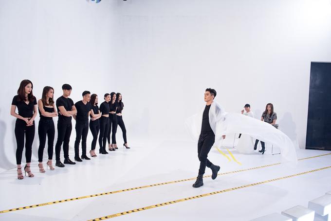 9 thí sinh còn lại của The Face lần lượt được thể hiện khả năng catwlak cùng tà lụa mỏng. Trong đó, Tôn Tuấn Kiệt bị nhắc nhở, trình diễn giống Hàm Hương.