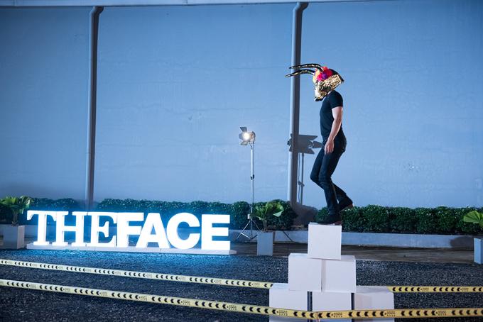 Chiếc mặt nạ đặc biệt che lấp hầu như toàn bộ gương mặt của các thí sinh, catwalk trên đường đi đầy sỏi đá và phải vượt qua nhiều chướng ngại vật.