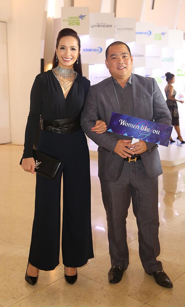 Vợ chồng Minh Khang - Thúy Hạnh tay trong tay đến dự gala trao giải Ngôi sao của năm do báo Ngoisao.net tổ chức.