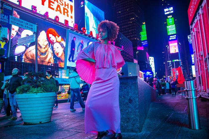 Bộ sưu tập Winter 2018 của nhà thiết kếAdrian Anh Tuấn mang tên Stay The Night với 100 mẫu trang phục thời thượng, thanh lịch, được thực hiện một cách kỳ công với hơi thở của phong cách thời trang ứng dụng.