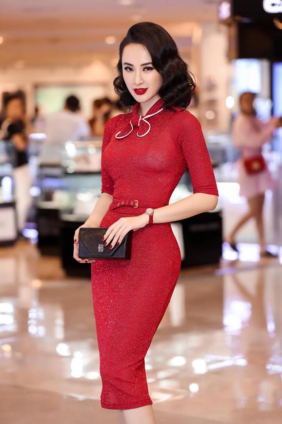 Là một người đẹp yêu thời trang, Angela Phương Trinh không ngừng cập nhật những màu sắc, hoạ tiết xu hướng hợp mốt. Thời gian gần đây, người đẹp thường xuyên chọn trang phục màu đỏ tươi để sử dụng khi tham gia các sự kiện.