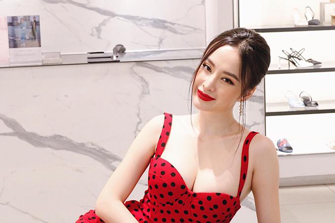 Angela Phương Trinh thích chọn tông đỏ vì gam màu luôn ẩn chứa vẻ đẹp quyến rũ, quyền lực và đặc biệt nó còn có khả năng tôn làn da trắng sáng.