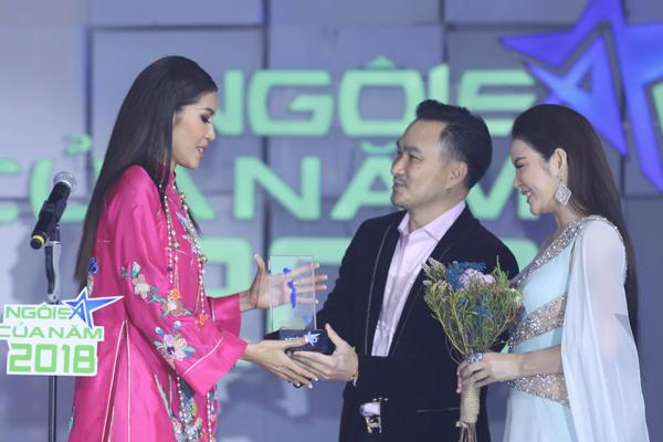 Minh Tú nhận giải Ngôi sao Thời trang từ diễn viên Chi Bảo và Lý Nhã Kỳ.