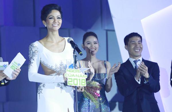 Diễn viên Minh Hằng và ông Nguyễn Trung Thành - Giám đốc bộ phận GrabBike Việt Nam trao giải Ngôi sao Cộng đồng cho HHen Niê. Hoạt động thiện nguyện được Grab chú trọng, thể hiện qua chương trình