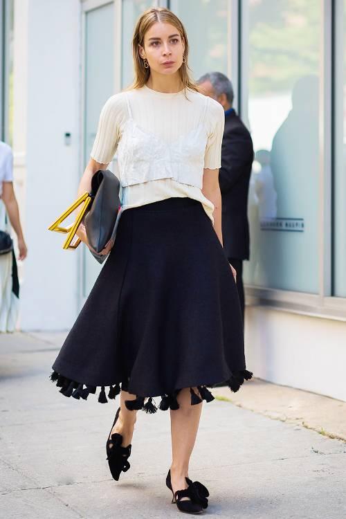 Chân váy midi là trang phục rất dễ sử dụng khi đến văn phòng. Nó giúp người mặc có được nét thanh lịch trong mọi hoàn cảnh.