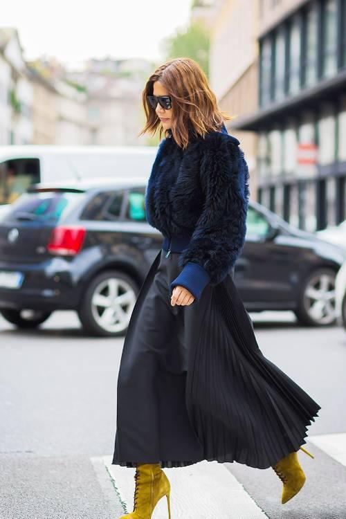 Các mẫu váy xòe đơn sắc thường được sử dụng cùng sơ mi, áo thun cổ tròn, áo blouse. Ở mùa thu đông, kiểu trang phục này còn tạo nên sự kiên kết chặt chẽ cùng các mốt áo khoác.