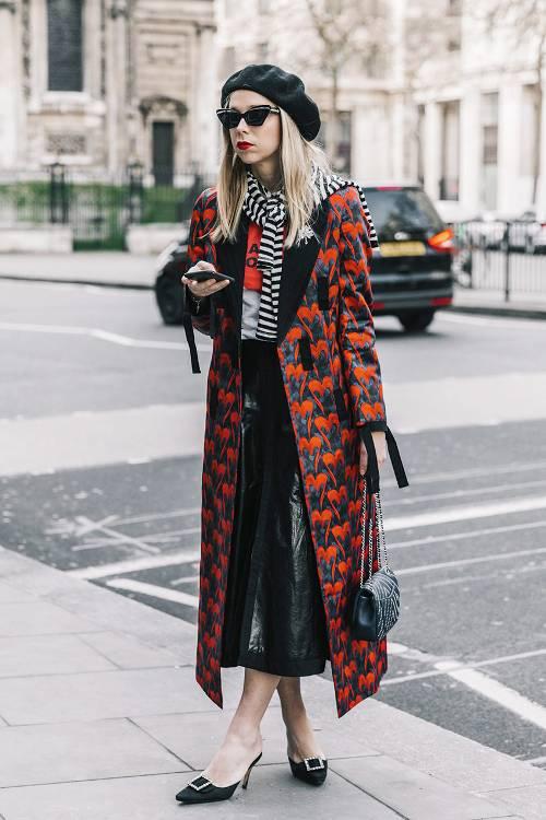 Chân váy da, áo choàng họa tiết nổi bật sẽ khiến phái đẹp hút mắt hơn khi xuống phố cà phê hay đi làm.