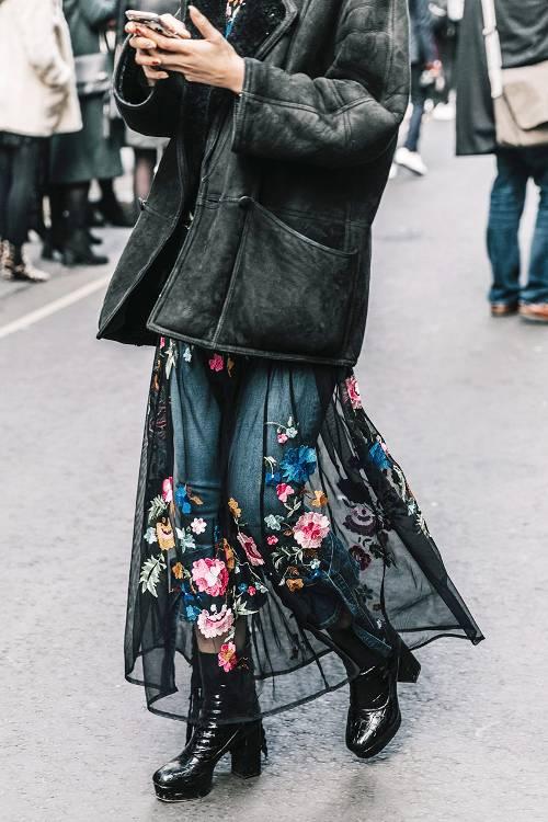Nếu muốn thể hiện sự phá cách khi diện váy midi, phái đẹp có thể sử dụng các mẫu đầm xuyên thấu mix cùng quần jeans, quần legging, quần da bó.