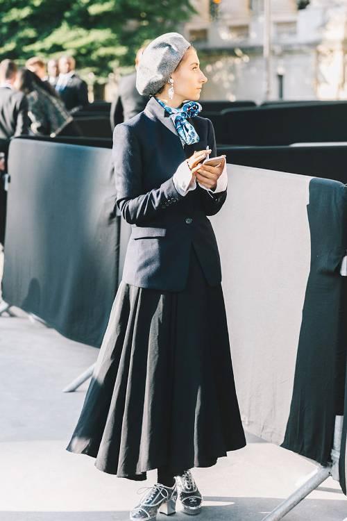 Một chút hoài cổ với cách phối áo blazer cùng chân váy xòe theo phong cách vintage của thập niên 60.