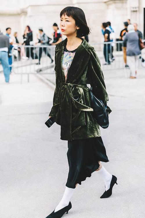Một cô nàng sành điệu sẽ không bỏ qua xu hướng vải nhung luôn được ưa chuộng trong không khí thu đông. Mẫu áo vạt quấn và chân váy mềm mại sẽ tô đậm tinh thần tự do cho phái đẹp.