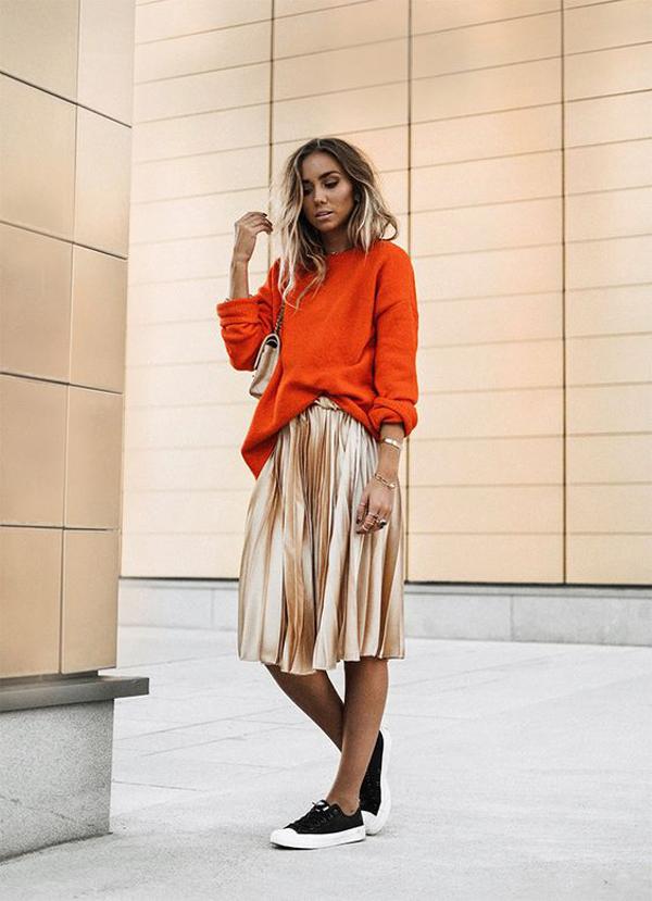 Sự trở lại của xu hướng váy xếp ly và vải ánh kim sẽ giúp các bạn gái cuốn hút hơn khi xuống phố hay đến văn phòng.