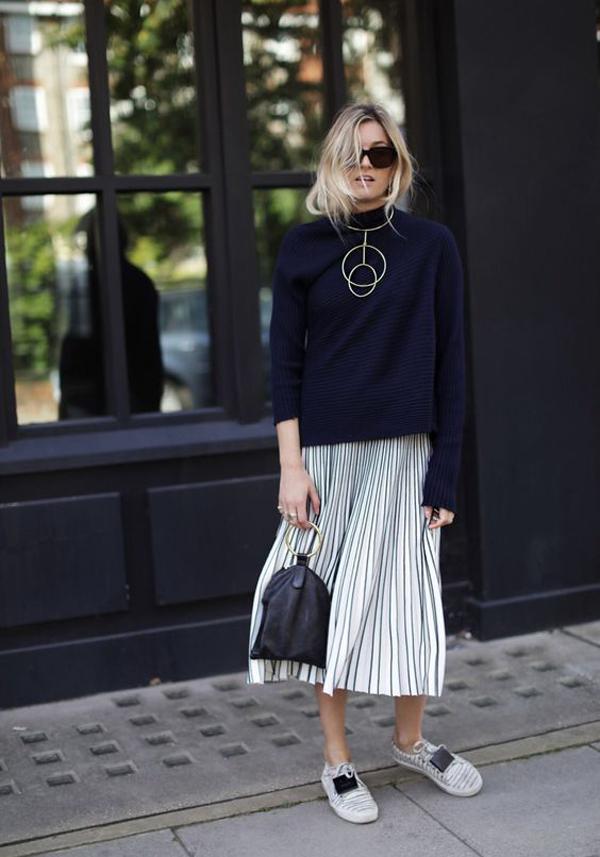 Váy xếp ly trên các chất liệu metalic được mix-match cùng áo len, áo nỉ tối màu để cân bằng sắc độ cho tổng thể.
