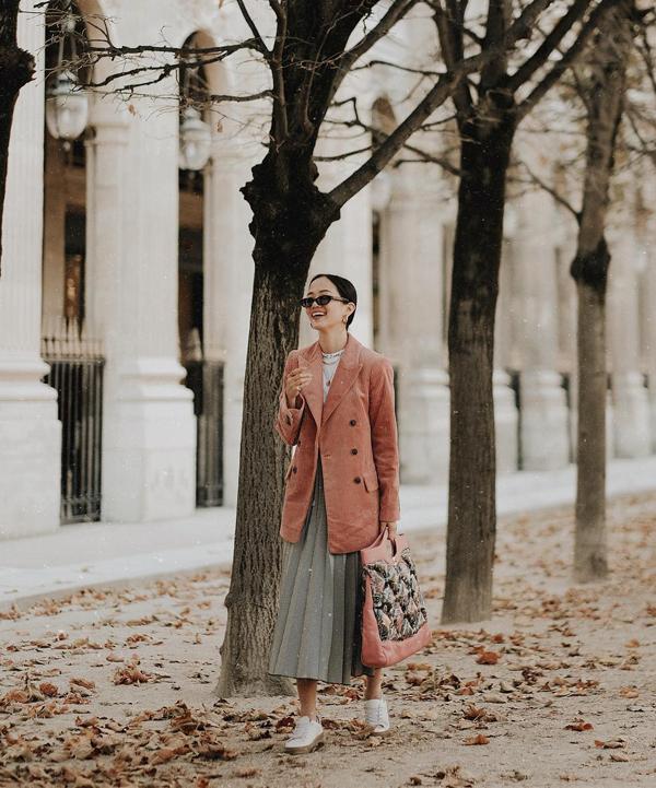 Chân váy xếp ly là món đồ cực hot ở mùa thời trang 2016. Trước sự lên ngôi của các mốt váy vạt xéo, váy xoắn eo, váy bất đối xứng, chân váy xòe vẫn giữ được vị trí riêng.