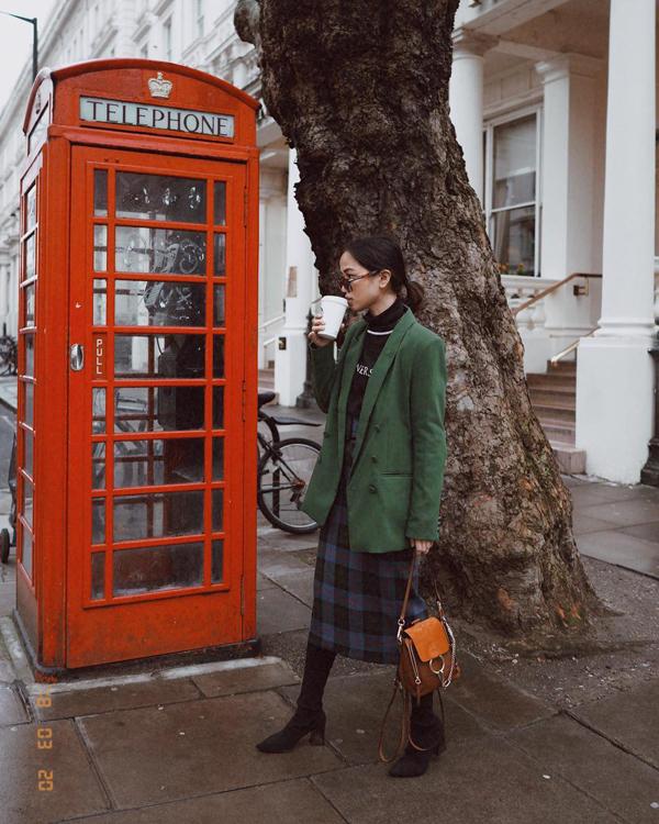 Chân váy ca rô được thể hiện ở nhiều phong cách khác nhau, nhưng tất cả đều chứa đựng hai yếu tố quan trọng là dễ phối đồ và tôn nét thanh lịch cho người mặc.