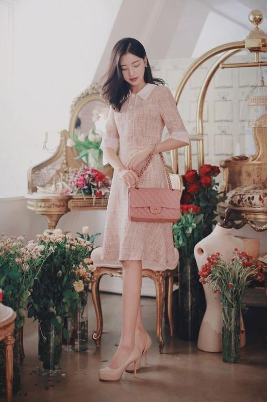 Không khí dịu nhẹ của tiết trời cuối năm là thời điểm lý tưởng để chị em công sở chưng diện các mẫu váy áo mang hơi hướng cổ điển.