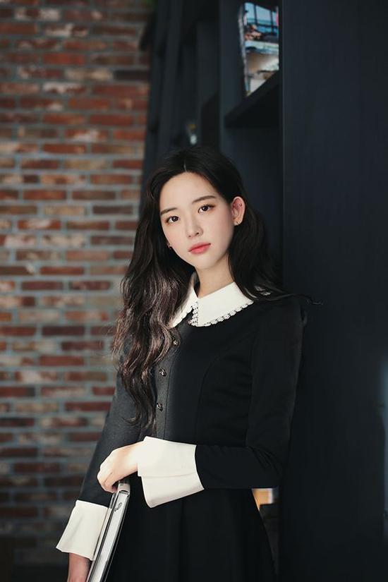 Tông trắng được chọn làm điểm nhấn bắt mắt cho phần cổ áo, tay loe trên mẫu váy đen liền thân. Mẫu váy mang lại nét thanh lịch cho các bạn gái công sở khi đi làm.