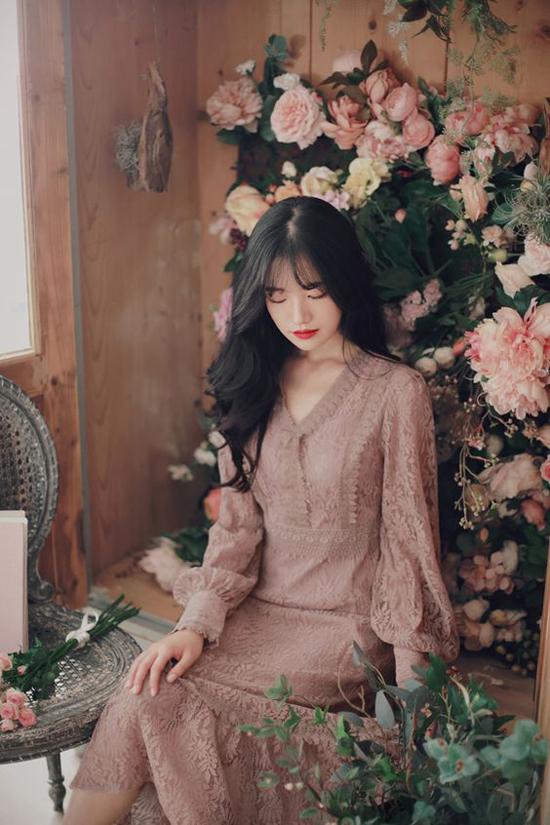 Váy ren mùa thu đông được làm mới bằng những gam màu được ưa chuộng như nude, cà phê sữa, trắng sữa.