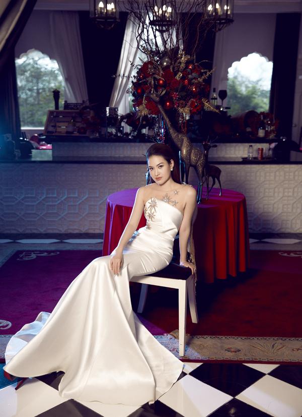 Cô sinh năm 1990 tại Bình Định, từng tốt nghiệp ngành tài chính tại Đại học Calstate Fullerton, Mỹ.