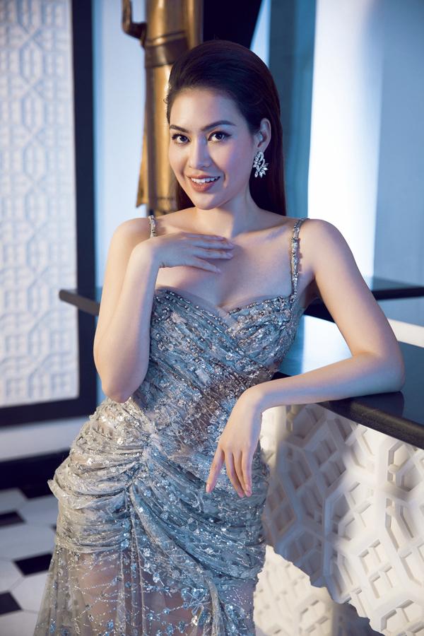 Váy dây đính đá phối hợp phụ kiện bông tai ton-sur-ton tôn vẻ sang trọng, quyến rũ cho Hoa hậu Việt Nam Thế giới 2016.