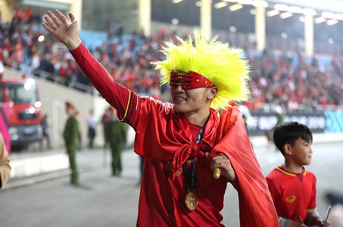 Quang Hải hóa trang đi chia vui cùng CĐVsau lễ đăng quang AFF Cup 2018. Ảnh: Đức Đồng.