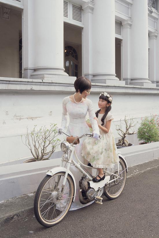 Võ Việt Chung chia sẻ, nhà thiết kế thời trang không chỉ là một nghề, mà còn là người kết nối hiện thực và quá khứ bằng cái đẹp, bằng văn hóa. Vốn dĩ chúng ta còn đó rất nhiều những ký ức rất đẹp, như Kỳ Duyên đã luôn rất tự hào khi kể về mẹ.
