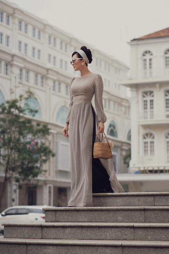 Tà áo dài Sài Gòn xưa tung bay trong gió nơi phố thị, cái chít eo nhỏ tôn dáng cao gầy, cách vấn tóc đưa chiếc cổ thanh tú& vừa mang nét đài các lại vừa rất thanh cao.