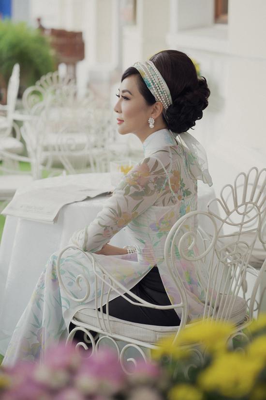 Bộ sưu tậpsử dụng chất liệu chiffon in hoa màu pastel, trắng, đen  đây là một chất liệu phổ biến trong đời sống thường nhật của phụ nữ qua nhiều giai đoạn phát triển của áo dài.