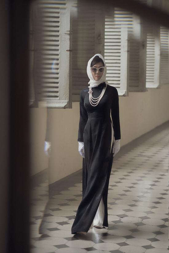 Áo dài hoa được thể hiện một cách uyển chuyển và đầy tinh tế từ những gam màu dịu nhẹ cho đến sắc đen sang trọng.
