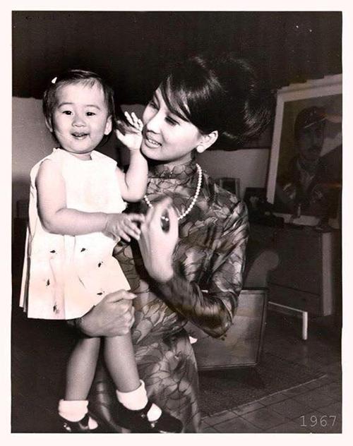 Kỳ Duyên và mẹ trong bức ảnh chụp từ năm 1967.