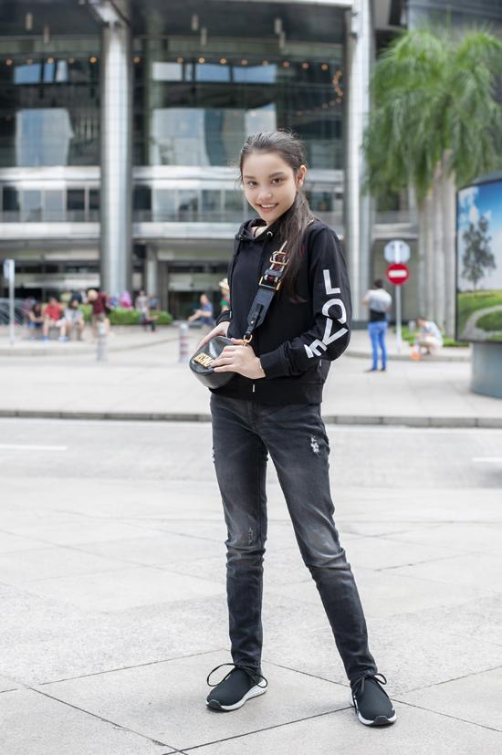 Ngoài kỷ năng trình diễn thời trang, Alex còn có năng khiếu vũ đạo và chơi thể thao rất tốt.Đó là lý do cô bé sỡ hữu vóng dáng khỏe khoắn phù hợp cho sự lựa chọn người mẫu của các thương hiệu nước ngoài.