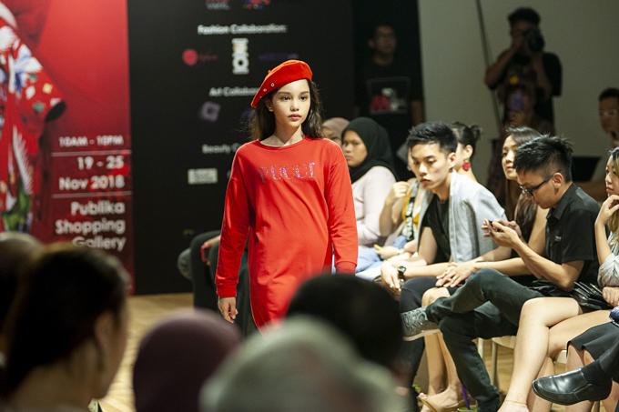 Bé Alex tên đầy đủ là Alexandra Toni Matheson  , năm nay 11 tuổi ( sinh năm 2007 ) có ba là người New Zealand, mẹ là người Việt Nam nên cô bé sở hữu gương mặt lai đậm chất người mẫu quốc tế.