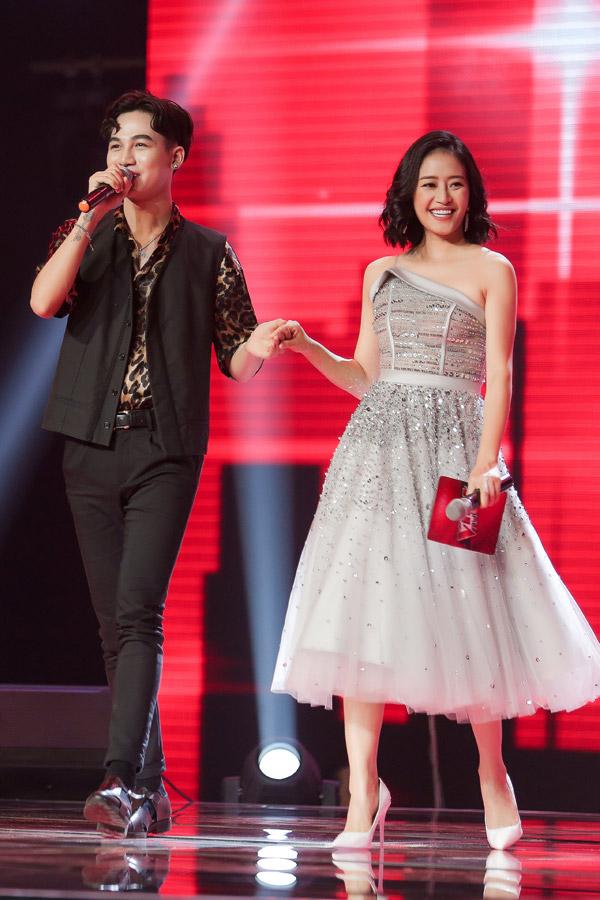 Cô chọn giày cao gót màu trắng đơn giản để kết hợp với mẫu váy xòe này. Khi được Ali Hoàng Dương dắt tay ra sân khấu, nữ MC duyên dáng như nàng công chúa.